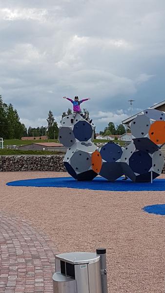 Hostellijärjestön järjestöreissaaja Kalajoen leikkipuistossa.