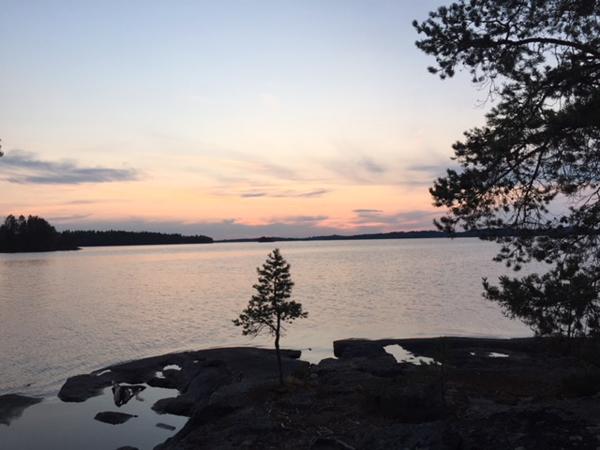 Hostellijärjestön järjestöreissaajat Minna ja Arttu Etelä-Konnevedellä ja Korholan Kartanossa